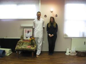 Učitelj Ammine IAM meditacije Dayalu in naša mlada prevajalka Zala
