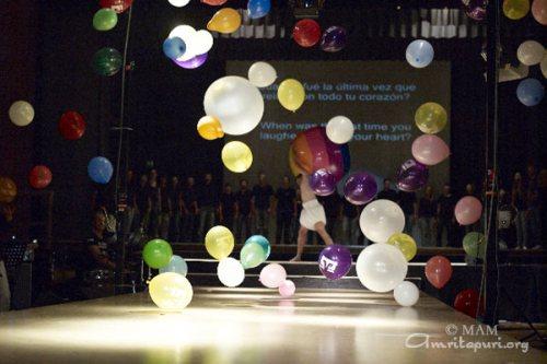 Baloni, ki so prileteli s stropa, simbolizirajo izgubo nedolžnosti in otroške drže, ki jepotrebna za uživanje življenja.