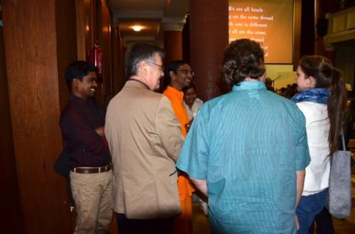 Med odmorom in po programu se je Br. Shubamrita pogovarjal z obiskovalci