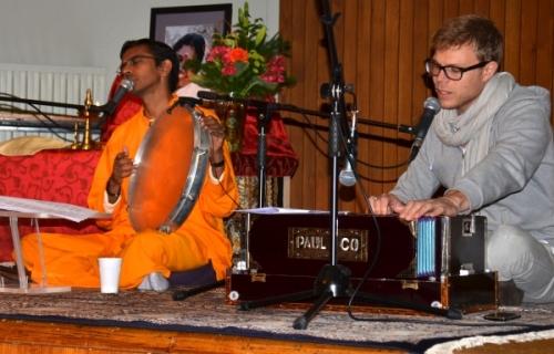 Br. Shubamrita in vodja evropskega Ayudh gibanja za mlade sta po odmoru v 2. delu programa zapela čudovite duhovne pesmi (badžane)