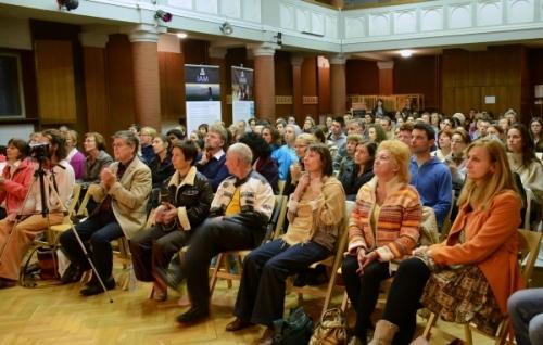 Polna dvorana poslušalcev