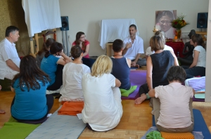 Učenci dobivajo navodila, kako naj meditacijo delajo sami doma.