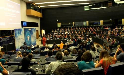 Swamidži govori v parlamentu v Strassburgu