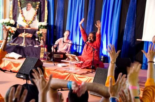Swami Amritaswarupananda vodi badžane