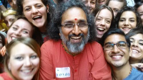 Swami Amritaswarupananda z mladimi