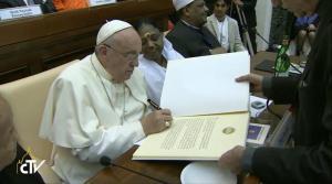Papež podpisuje