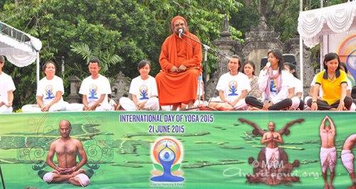 Swami Purnamritananda naslavlja udeležence joge na Baliju v Indoneziji